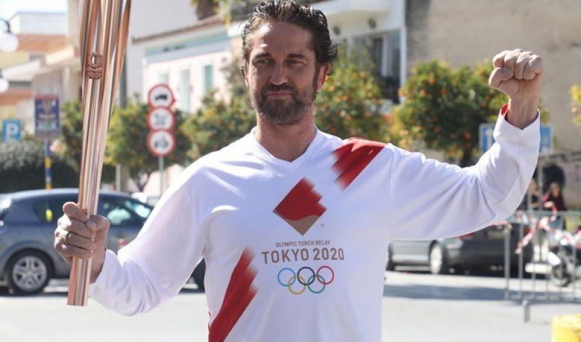 O Τζέραρντ Μπάτλερ στην Σπάρτη με την Ολυμπιακή Φλόγα!(video)