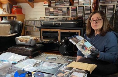 Η Χαρούλα Αλεξίου μένει σπίτι και δημοσιεύει σπάνιο υλικό από το αρχείο της