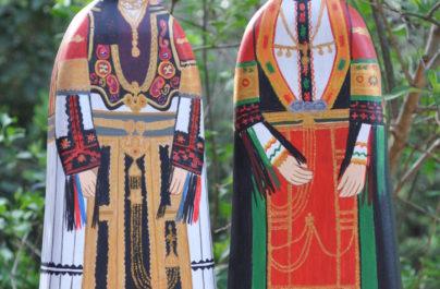 Ξύλινες κούκλες «ντυμένες» με παραδοσιακές φορεσιές από όλη την Ελλάδα